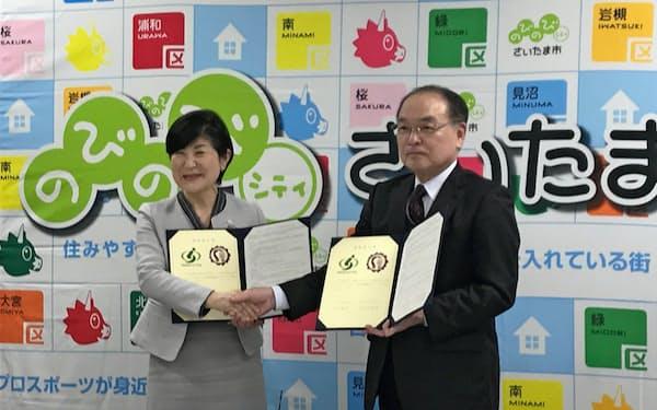 協定調印式に参加したさいたま市教育委員会の細田真由美教育長(左)と東京学芸大学の出口利定学長(右)