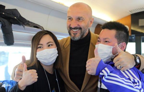 FC町田ゼルビアのサポーターと交歓するポポビッチ監督