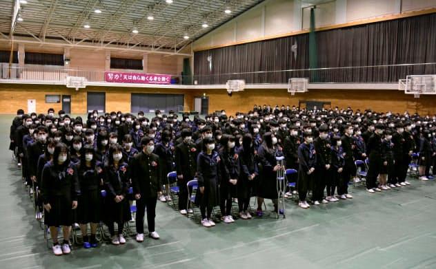 政府の休校要請を受け、在校生不参加の卒業式を急きょ開いた高校も=共同