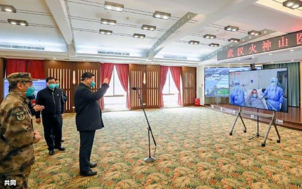 中国・武漢の「火神山医院」で患者を激励する習近平国家主席(右)(=10日、新華社の「微博(ウェイボ)」から、共同)