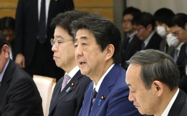 新型コロナウイルス感染症対策本部の会合で発言する安倍首相(10日、首相官邸)
