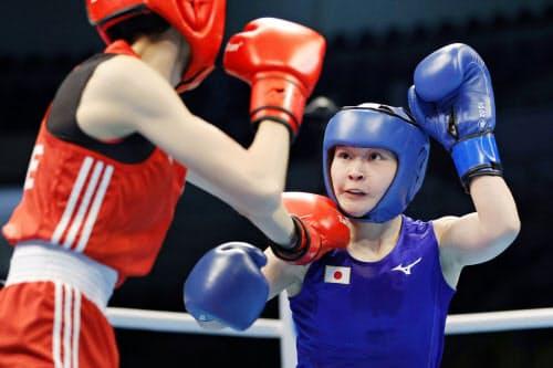 女子フライ級準決勝 1回、台湾選手(左)を攻める並木月海。試合途中に相手が棄権し決勝進出を決めた(10日、アンマン)=共同