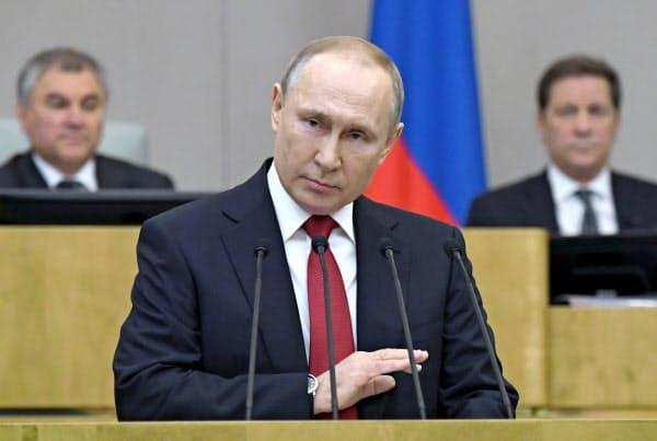 10日、ロシア下院で演説するプーチン大統領=AP
