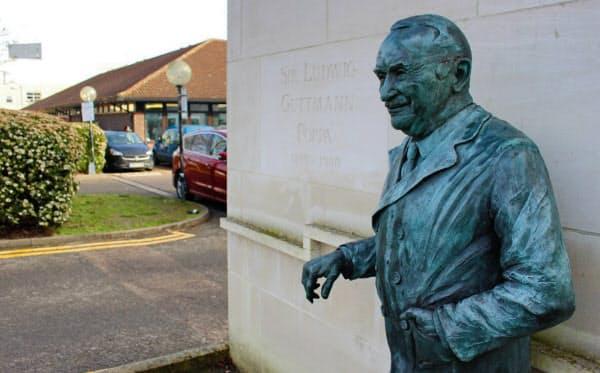ストーク・マンデビル病院入り口に立つルードウィヒ・グットマンの銅像