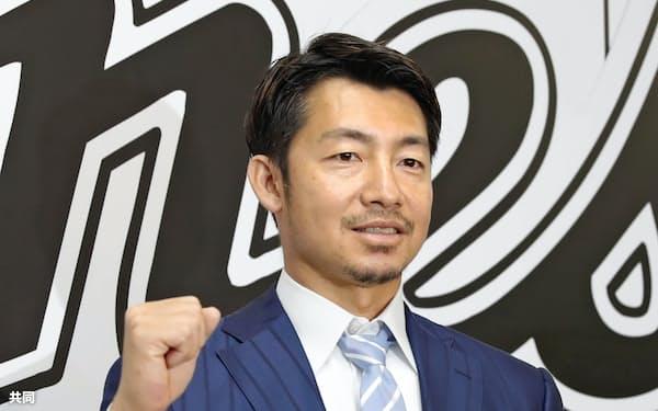 取材後、ポーズをとるロッテに新加入した前阪神の鳥谷敬内野手(11日、ZOZOマリン)=共同