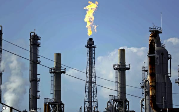 OPECとロシアは9日、協調減産で合意した=AP