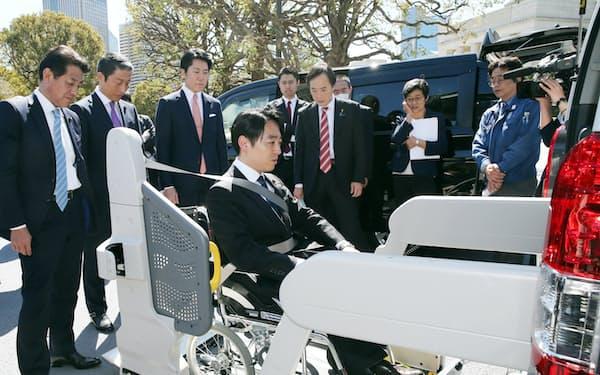 納入された福祉車両に試乗する超党派の参院バリアフリー化推進PTのメンバー(11日)