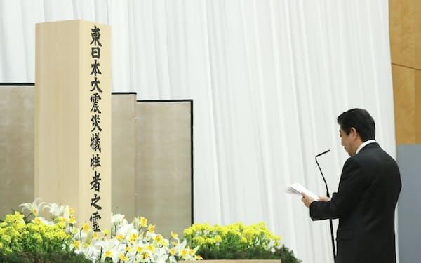 首相官邸で開かれた東日本大震災の献花式で追悼の言葉を述べる安倍首相(11日)