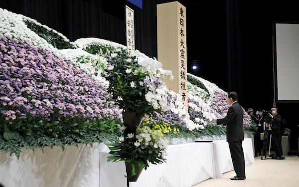 合同追悼式で式辞を述べる岩手県の達増知事(11日、岩手県釜石市)