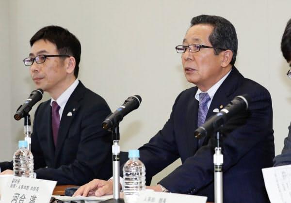 記者会見するトヨタの河合副社長(右)と桑田総務・人事本部副本部長(11日、愛知県豊田市)