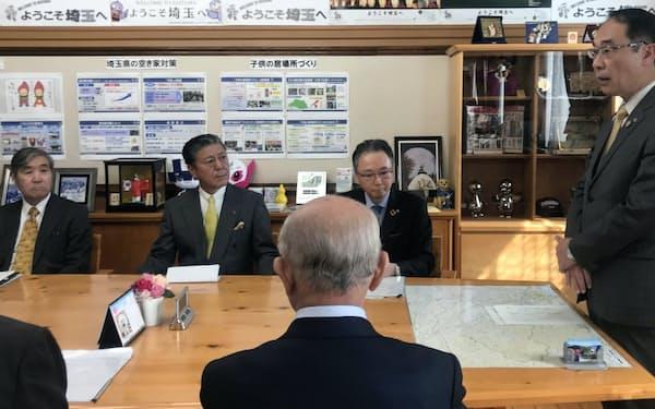 経済団体との意見交換を前にあいさつする埼玉県の大野知事(右、埼玉県庁)