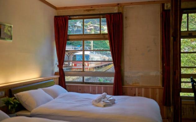 駅舎を改装した南海電鉄高野下駅のホテルは、窓から列車を望める