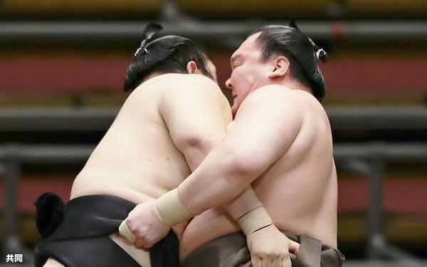 白鵬(右)が上手投げで隠岐の海を下す(11日、エディオンアリーナ大阪)=共同