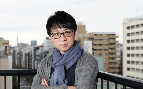 しんかい・まこと 1973年、長野県生まれ。96年に中央大学文学部を卒業し、都内のゲーム会社に就職。1人で制作したアニメ映画「ほしのこえ」で2002年にデビューする。16年公開の「君の名は。」が興行収入250億円の記録的ヒットとなり、最新作の「天気の子」も130億円を突破した。初期の宮崎駿監督作品に影響を受け「ラピュタやナウシカはコマ送りしながら見ました」。