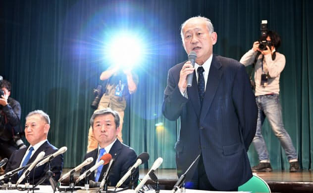 選抜高校野球の開催中止を発表する日本高野連の八田英二会長(右)ら(11日、大阪市北区)