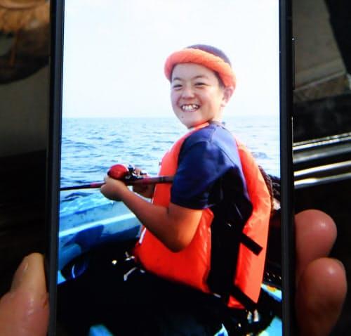 震災から2年半がたち、生まれて初めての釣り船に乗り笑顔の勇志さん。1度の引きでカレイが何匹も釣れて驚いたという