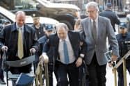 米映画プロデューサー、ハーベイ・ワインスタイン被告に禁錮23年の実刑が言い渡された(中央がワインスタイン氏)=ロイター