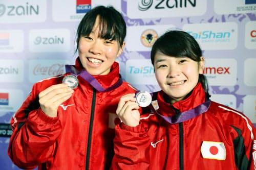 ともに準優勝し、銀メダルを手に笑顔の女子フェザー級の入江聖奈(左)と女子フライ級の並木月海(11日、アンマン)=共同