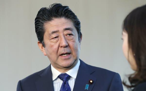 WTO事務局長の新型コロナ「パンデミック」表明を受け、報道陣の質問に答える安倍首相(12日午前、首相官邸)