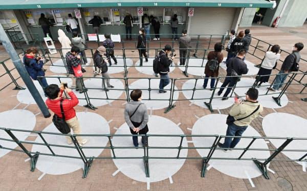 プロ野球・広島の観戦チケットを求めて並ぶ人たち(3月7日、広島市のマツダスタジアム)