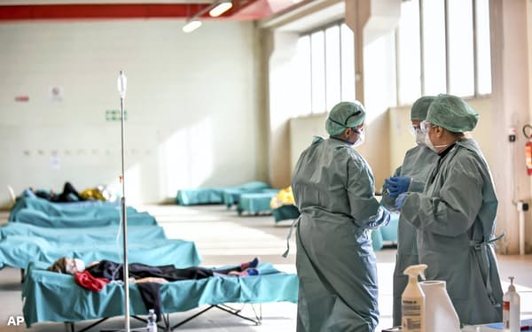 急ごしらえの施設で感染者対応にあたる医療従事者(10日、イタリア北部の病院)=AP