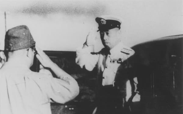 山本五十六・連合艦隊司令長官(右)も米国で駐在武官を務めた経験がある(1943年4月、ラバウル基地)
