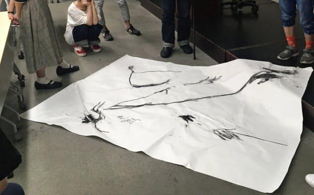 東大の芸術実技の授業で、ドローイング演習を行う東京芸大のO JUN教授(中央)
