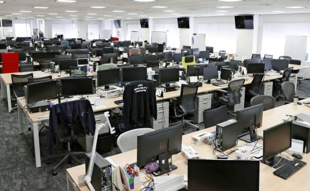 新型コロナウイルス感染拡大防止のため、社員の大半を在宅勤務にし、がらんとしたIT企業・GMOインターネットの社内=2月28日午後、東京都渋谷区