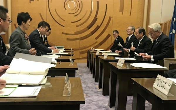 新型コロナへの対応のため開かれた滋賀県知事と経済界の緊急トップ会合(12日、滋賀県公館)