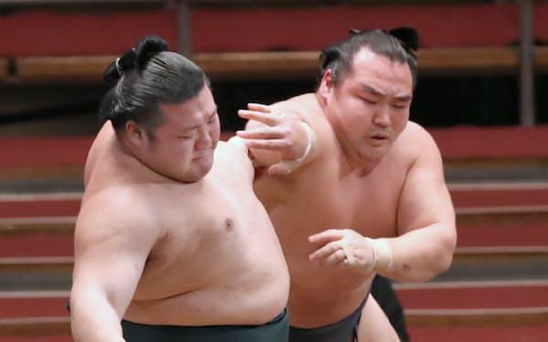 鶴竜(右)が豊山を押し出しで破る