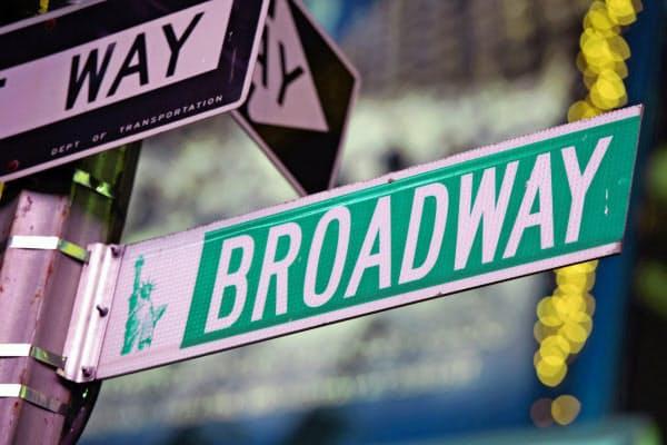 ニューヨーク市内のブロードウェー界隈に集まるミュージカル劇場は12日夕から上演を中止する=AP