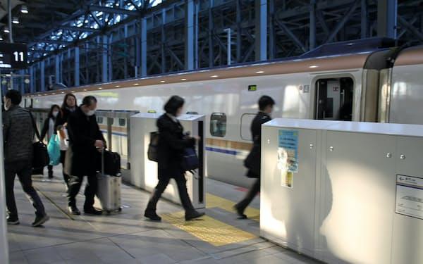 富山では企業立地が増え、首都圏との間で人の行き来が活発化している(富山駅で新幹線に乗り込むビジネス客ら)