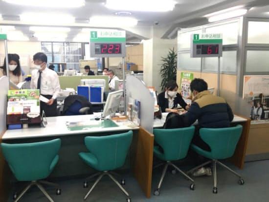 日本政策金融公庫札幌支店の相談窓口には多くの経営者が訪れている(3日、札幌市)