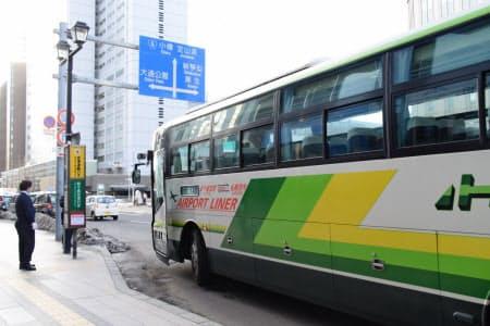 札幌駅前から出発する新千歳空港連絡バスも減便する(札幌市)