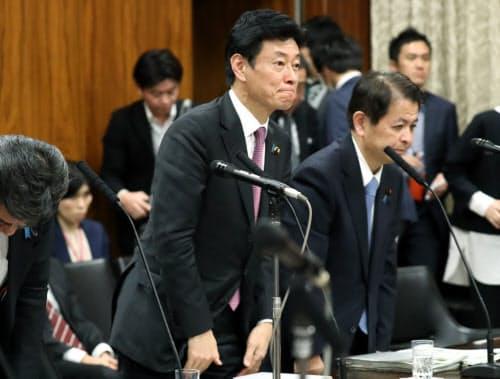 参院内閣委で新型インフルエンザ等対策特別措置法改正案が可決され、一礼する担当の西村経財相(中)(13日)