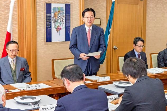 新型コロナウイルス感染症対策本部の会議であいさつする岩手県の達増拓也知事(13日)