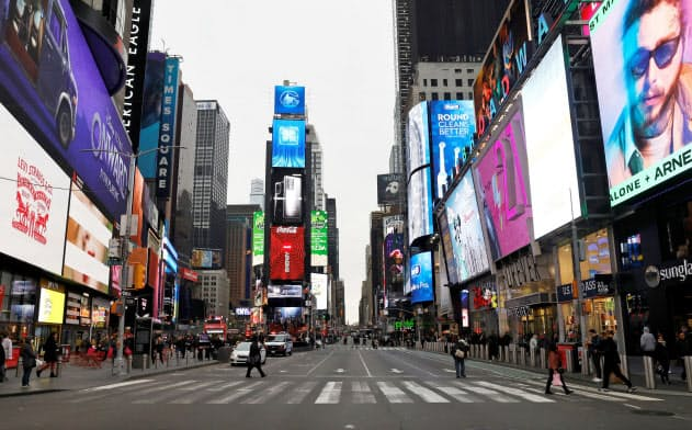 人がまばらな米ニューヨークのタイムズスクエア(3月12日)=ロイター