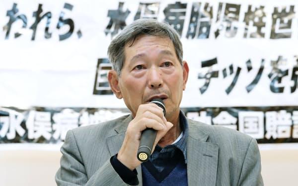 水俣病認定を巡る控訴審判決後、記者会見する佐藤原告団長(13日、福岡市)