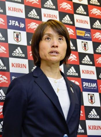 国際親善大会「シービリーブスカップ」を終え帰国し、取材に応じる高倉監督(13日、成田空港)=共同