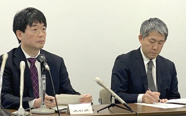 景気判断を1年ぶりに引き下げた日銀福岡支店の宮下支店長(左)(13日、福岡市)