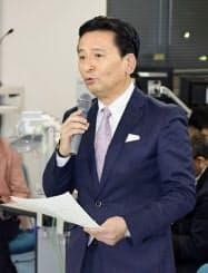 佐賀県内で初の新型コロナウイルス感染確認を受け、県庁で開かれた対策本部会議で発言する山口祥義知事(13日夜)=共同
