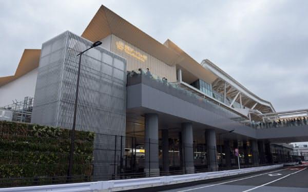 有名建築家の隈研吾氏が設計した。東北のスギを多く使い、屋根は折り紙をイメージした(14日午前、東京都港区)