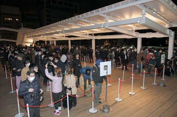 未明から駅の入場を待つ人たちで行列ができた(14日午前、東京都港区)