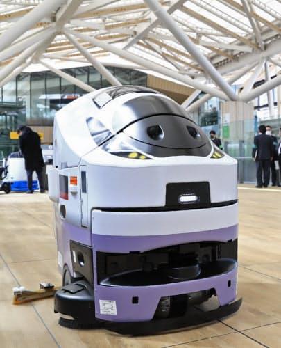 順次稼働させる、自律走行で床の拭き掃除をする清掃ロボット(9日の内覧会)