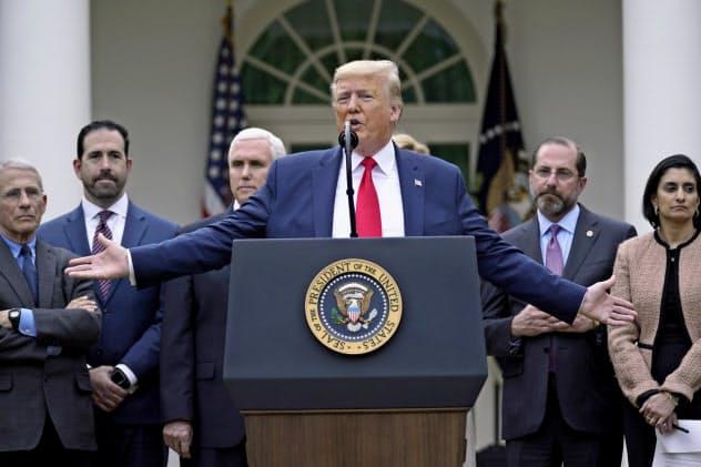 新型コロナ対策で演説するトランプ大統領(13日、ホワイトハウス)=AP