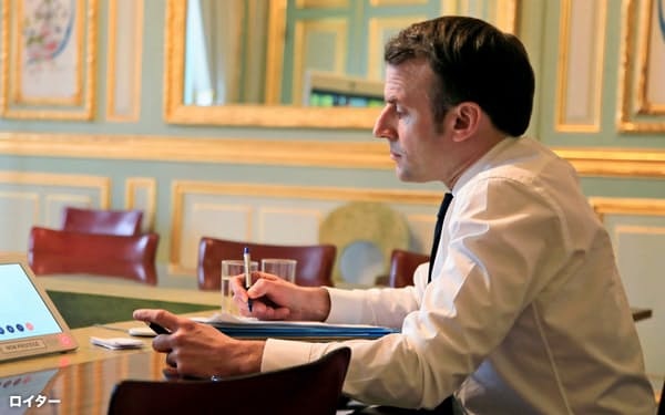 エリゼ宮(大統領府)でテレビ会議に臨むマクロン大統領(10日、パリ)=ロイター