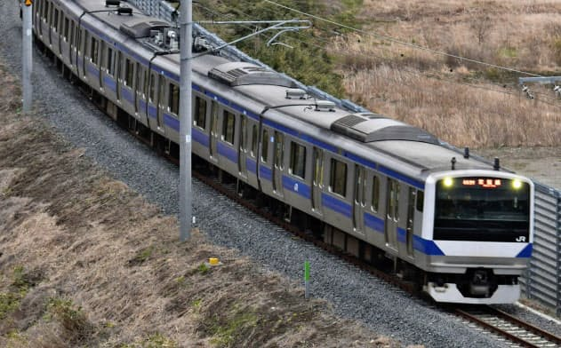 JR常磐線が全線運行再開し、不通だった富岡―夜ノ森間を走行する一番電車=14日午前6時5分、福島県富岡町