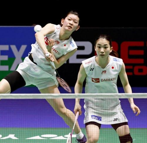 女子ダブルス準々決勝 中国ペアと対戦する高橋礼(左)、松友組(13日、バーミンガム)=共同