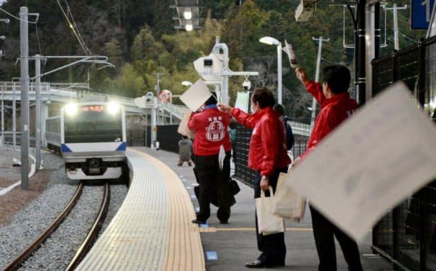 双葉駅で常磐線下りの一番列車を出迎える双葉町職員(14日午前、福島県双葉町)