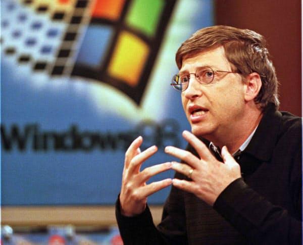 ゲイツ氏は「ウィンドウズ」でパソコンを普及させ、一時代を築いた(写真は1998年)=ロイター